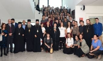 Patrijarh Vartolomej s učenicima pravoslavne gimnazije; foto: Jovica Drobnjak